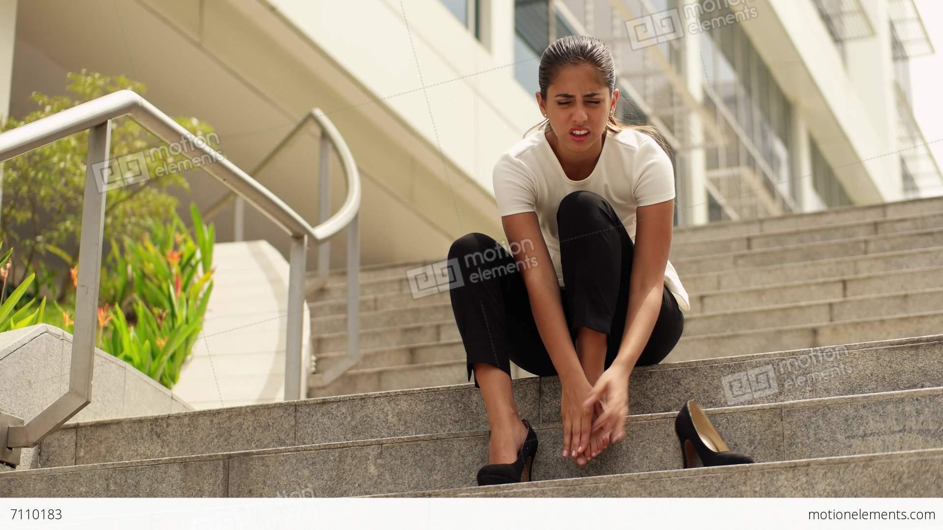 me7110183-business-woman-walking-high-heels-feeling-pain-feet-panama-a0125.jpg