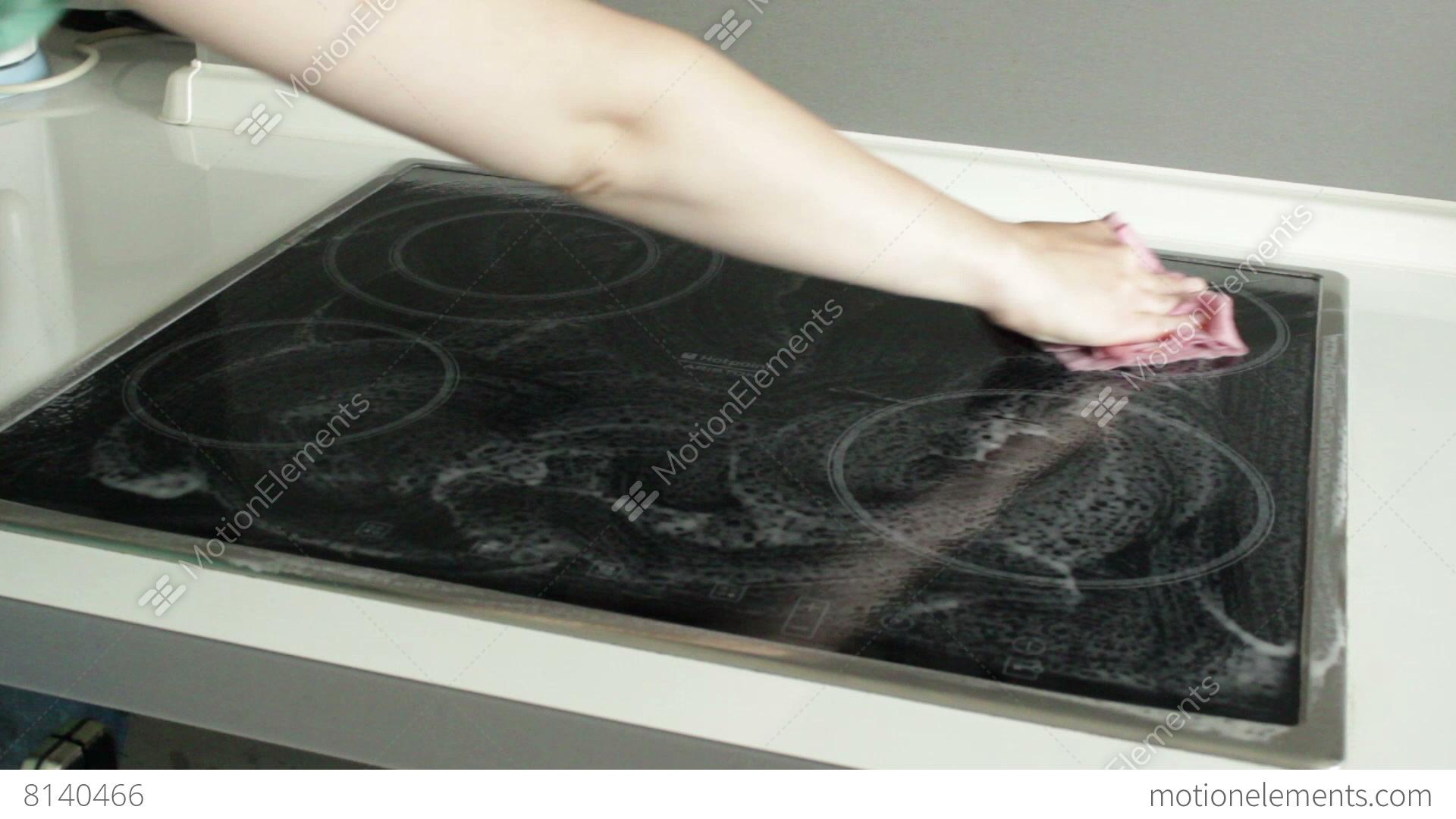 Woman cleaning ceramic cooker lizenzfreie videos 8140466 for Cuisine kocher 3d