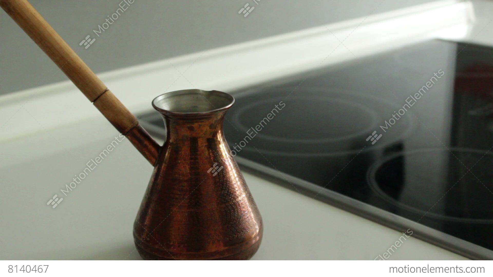 Graund coffe filling up to copper turk lizenzfreie videos for Cuisine kocher 3d
