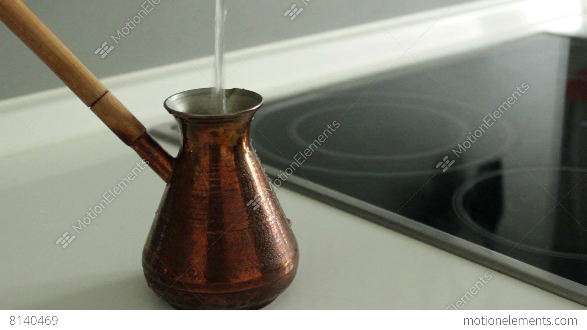 Pour out water to copper turk lizenzfreie videos 8140469 for Cuisine kocher 3d