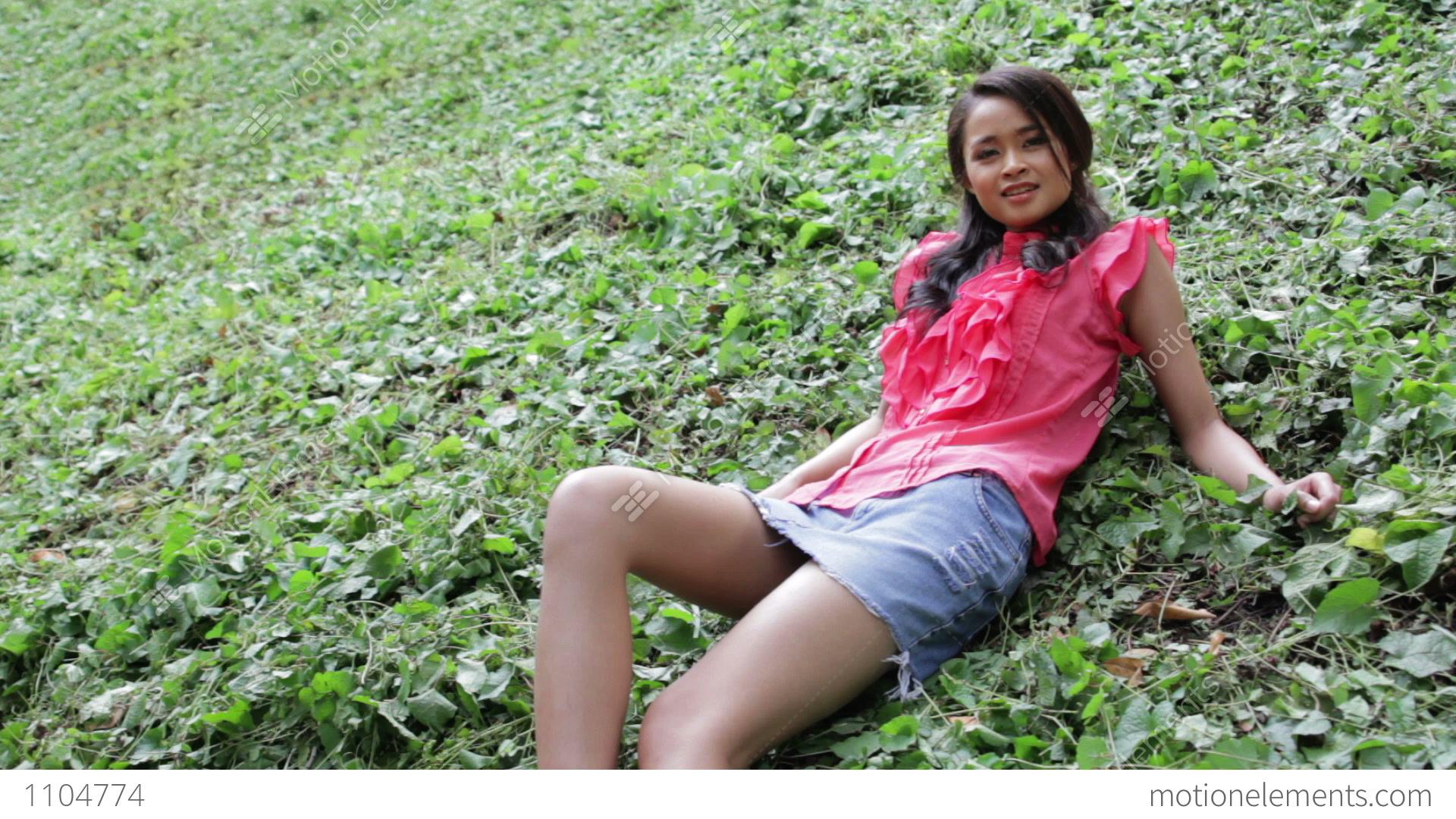 Asiatisk pige med mini nederdel Stock Video-optagelser 1104774-7525
