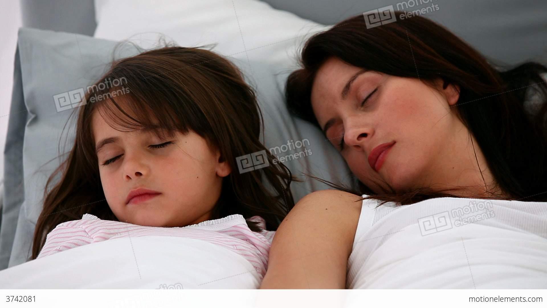 Сын подсматривал за спящей мамой смотреть бесплатно, Сын подглядел за тренировкой мамы и трахнул ее порно 11 фотография