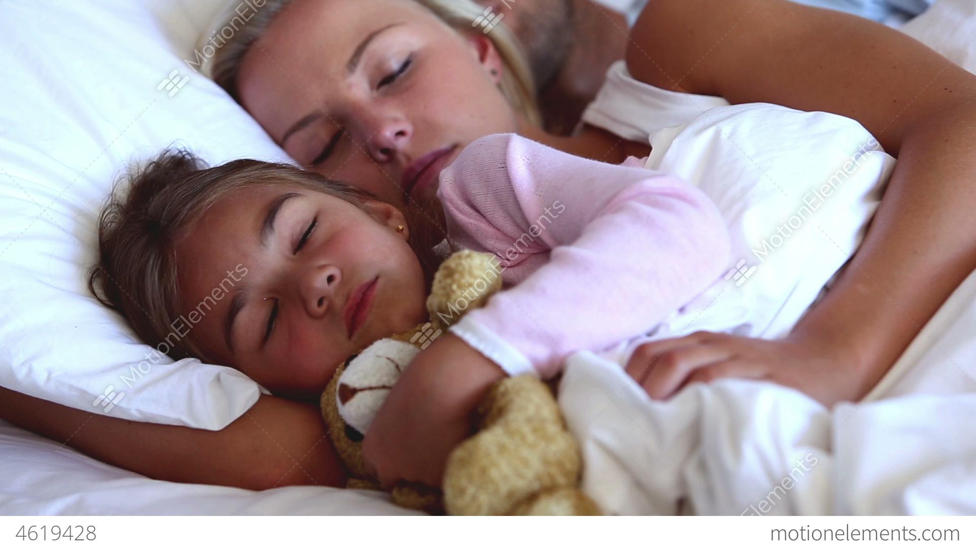 Усыпил мату и, Подлил снотворного русской мамаше и отодрал ее спящую 18 фотография