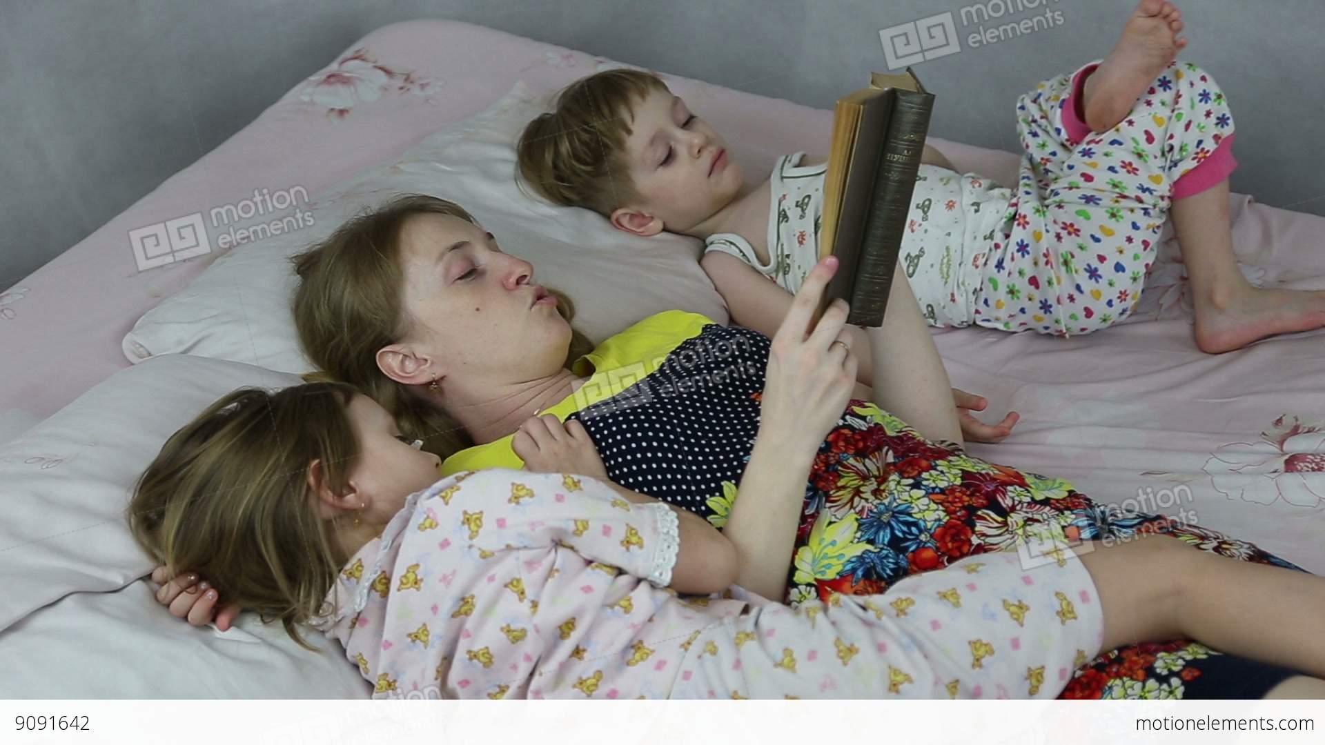 Сын подсматривал за спящей мамой смотреть бесплатно, Сын подглядел за тренировкой мамы и трахнул ее порно 12 фотография