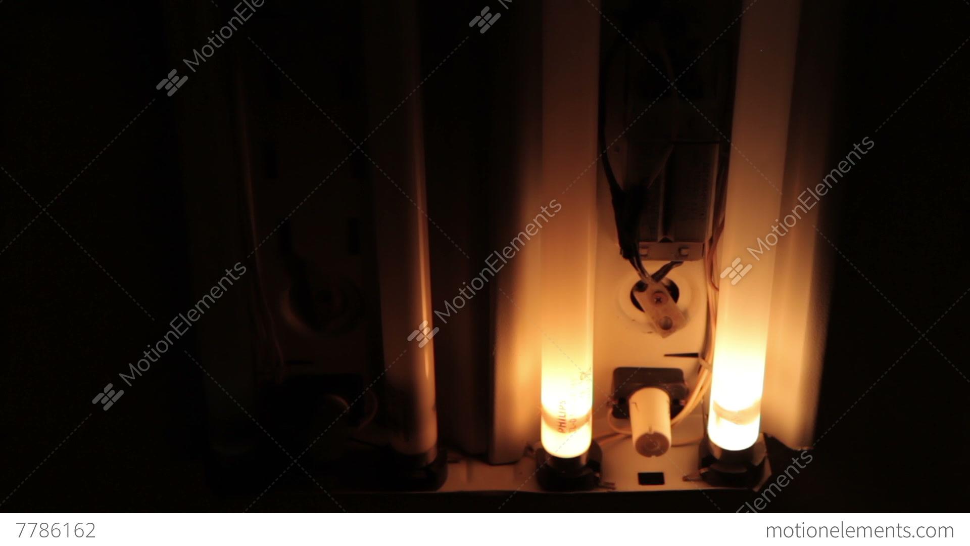 Почему люминесцентная лампа долго включается
