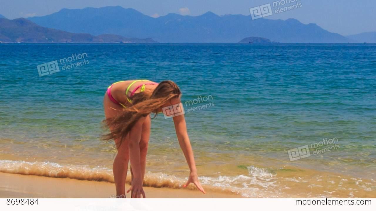 Blonde Girl In Bikini Gør Split On Wet Sea Sand Wave Hands Stock videooptagelser 8698484-3862